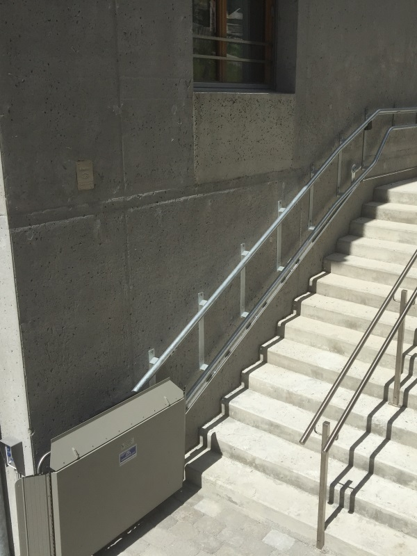 Aussentreppe mit Treppenlift erschlossen